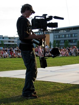450Px-Steadicam And Operator In Front Of Crowd