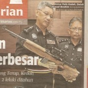 """Kedah's Chief of Police, Dato' Ahmad Ibrahim shows confiscated weapons"""