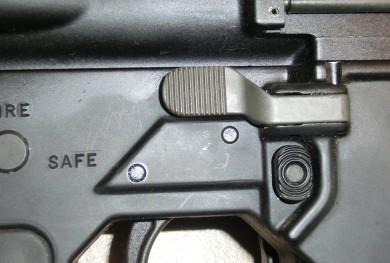 Left-handed bolt release on the Colt 901