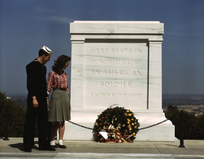 Tomb_of_the_Unknowns,_with_U.S._Navy_sailor_and_woman,_May_1943-2