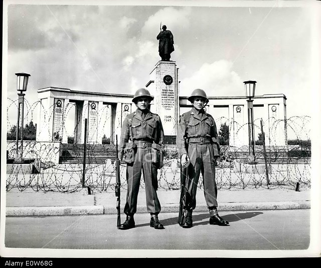 E0W68G Aug. 08, 1961 - British troops stand on guard before Soviet war memorial in West Berlin.: The Soviet War Memorial in West Berlin