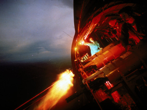 larry-burrows-crew-of-us-ac-47-plane-firing-7-62-mm-ge-miniguns-during-night-mission-in-vietnam-1