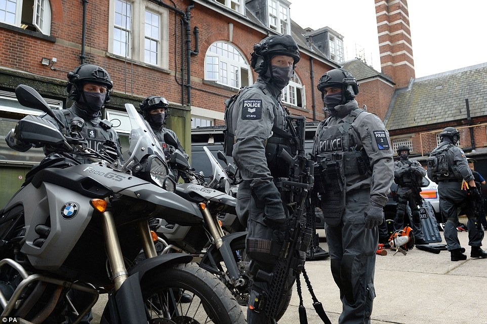 Scotland Yard S C Men Armed With Sig Mcx And A Whole Lot