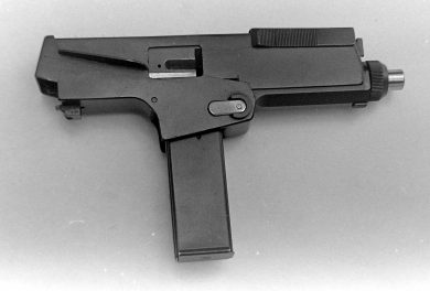 The right side view of the Chichizola prototype main body (18-round magazine in place) shows the small ejection port and the pressed-steel cocking piece on the forward top of the receiver.