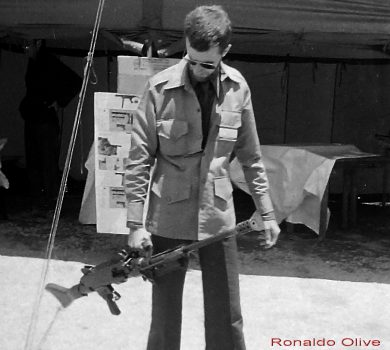 The author and the Uirapuru in a Brazilian Army exhibition in São Paulo, November, 1979. The slanted carrying handle led to a tilted carrying position.