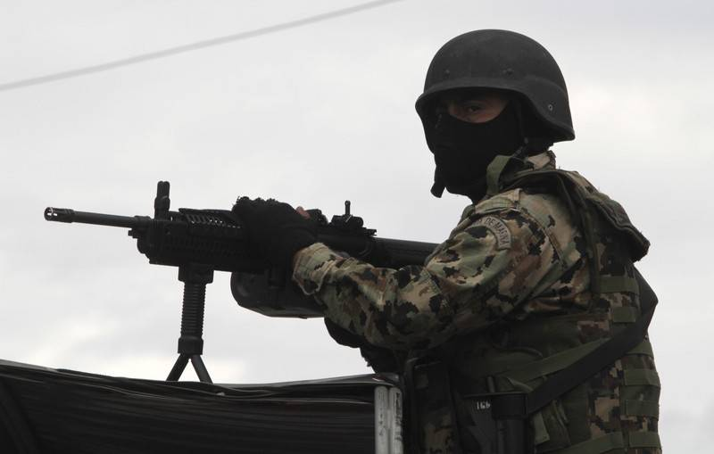 A Mexican marine stands guard on a street on the outskirts of Puebla September 12, 2010. Mexican marines captured Sergio Villarreal, dubbed 'El Grande', a top lieutenant of a leading drug cartel, on Sunday as authorities intensified their campaign against drug kingpins, local media reported. REUTERS/Stringer (MEXICO - Tags: CRIME LAW POLITICS)