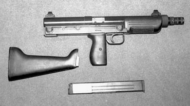 A BSM9/M1 with the magazine removed and the stock detached. Note slightly different (hooded) sight protection structures.