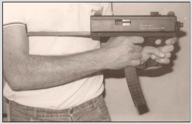 Used in conjunction with an extended stock tuck between the arm and body, the double-grip configuration gave a good support to fire the gun at very close-in combat distances. Cyclic rate of fire was a comfortable (for that weapon size) 600 rounds per minute.