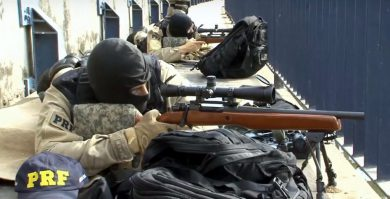 Members of PRF – Polícia Rodoviária Federal (Federal Highway Police) in a firing position with their AGLCs during an actual operation in Rio de Janeiro in August, 2016.