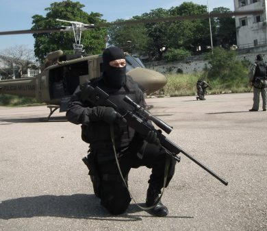 This BOPE sniper is part of the outfit's GRR – Grupo de Retomada e Regate, which has hostage rescue as one of its primary missions. Helo in the background is a Bell Huey II of Rio de Janeiro Military Police's GAM – Grupamento Aeromóvel (Airmobile Group).