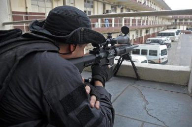 This Rio Civil Police sniper with an AR-10 SuperSASS is a member of the force's CORE – Coordenadoria de Recursos Especiais (Special Resourses Coordination), the SpecOps outfit.