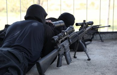 The spotter of this Brazilian Marines sniper team has a scoped (Tasco 9x40mm) Colt M16A2 by his side, both for eventual security use or even for closer-range, semi-auto anti-personnel fire.