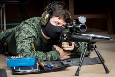 It's not really surprising that the popular U.S.-made Remington Model 700 bolt-action rifle has also found its way to Brazil. The example shown here belongs to Grupo TIGRE, the SWAT-type outfit of the Paraná State Civil Police, the weapon being also in the inventory of COE – Comando e Operações Especiais (Commando and Special Operations), a sub unit of that State's BOPE. Yes, most Military Police forces in Brazil have a SpecOps Battalion so named.