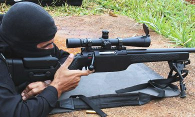 A closer view of a SSG3000 in use by PMDF shows the general configuration, the adjustable cheekpiece, grainy fore end, bolt handle format, etc. The detachable magazine is a single stack five round-unit, and on top of the action is an integral zero MOA rail for mounting a scope. Gun length, 600mm; overall length, 1180mm; empty weight, 5.5kg.