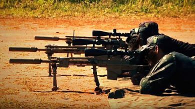 A somewhat new addition to Brazilian Army's Brigada de Operações Especiais (Special Operations Brigade), with headquarters in Goiânia, Goiás State, is the U.S.-made Remington Modular Sniper Rifle. Three of these guns, suppressor-equipped, are seen here in use in a training range. The guys' black caps and side badges indicate they are Commandoes.