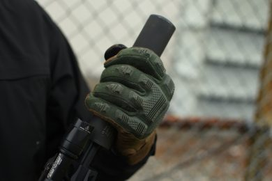 The FR Breacher benefit from flame resistant qualities, as Kevlar® thread knitted throughout the pieces provide excellent durability. The FR Breacher also provides knuckle protection, guarding the back of the hand from harsh environments and general wear and tear.