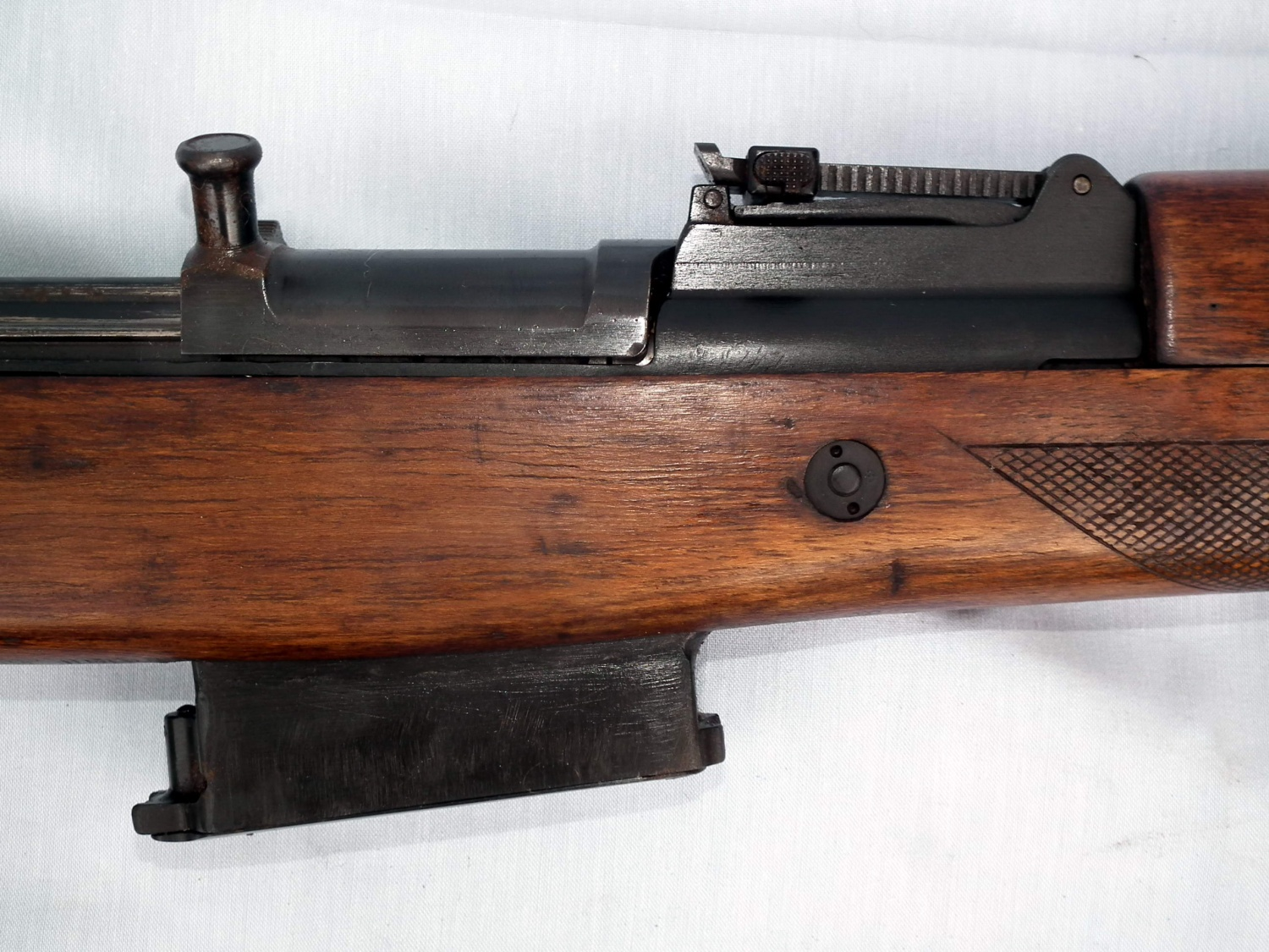 A closer view of the receiver area. Note that the bolt carrier's almost vertical charging handle is more similar to the one used in the earlier Walther G41(W) than to the G43's, which was more inclined to the left side.
