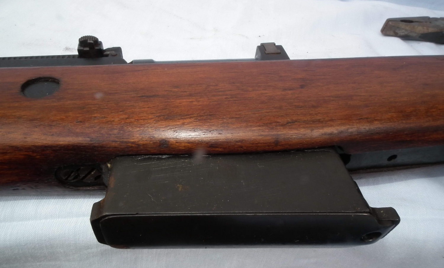 The 10-round magazine fitted to the AGR prototype is flat-sided, but the original G43 magazines had vertical reinforcing ribs.