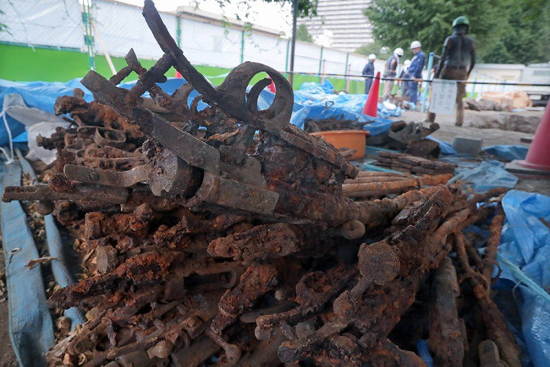 About 1,400 WW2 Guns Found Buried Near a Japanese Elementary School (1)