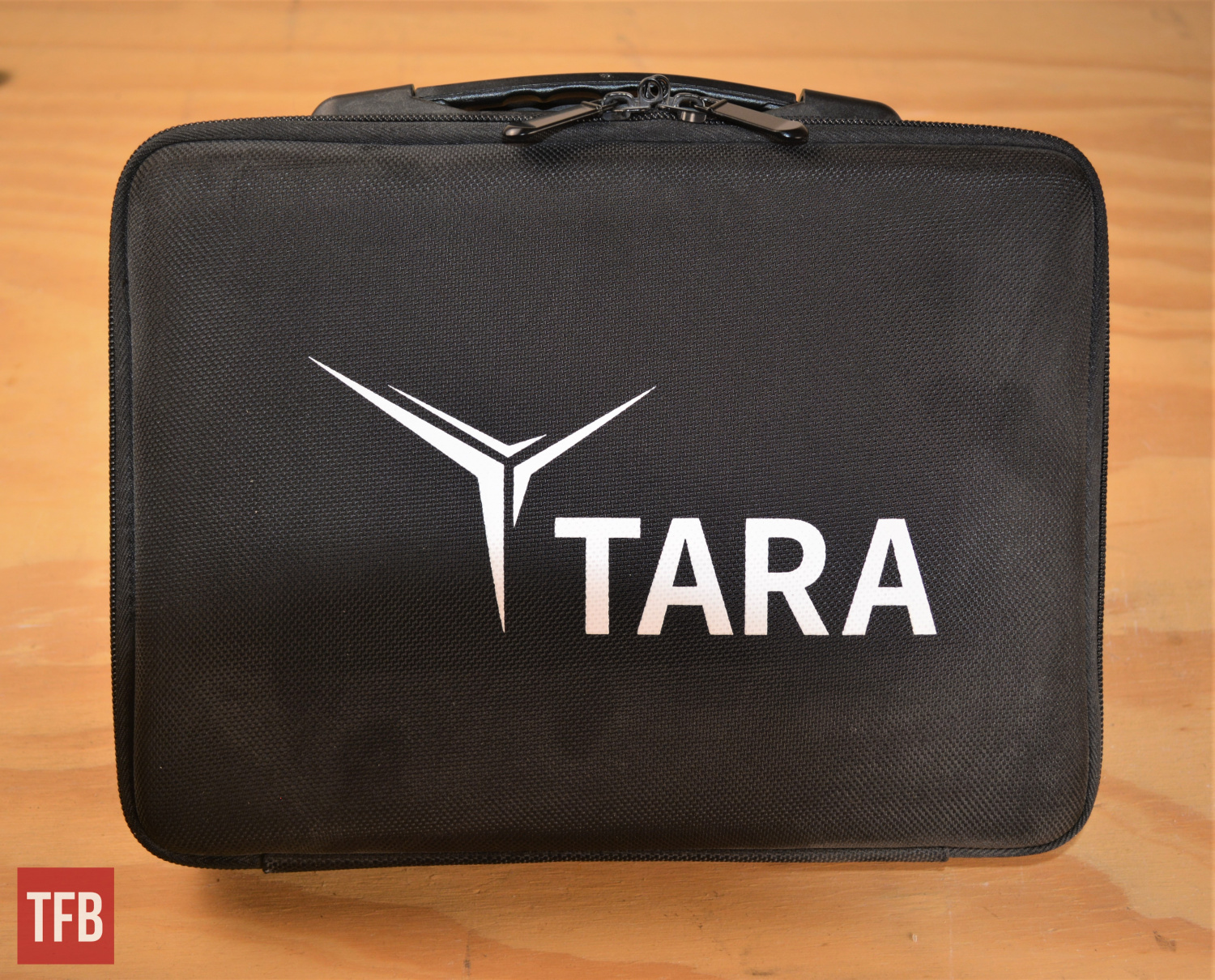 The TM-9 arrived in this nice case, with semirigid construction, a built-in handle, and nylon weave texture on the surface.